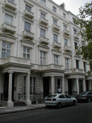 http://roselli.org/tour/photos/Famous_London_sites/Lisa_college_apart_01.jpg